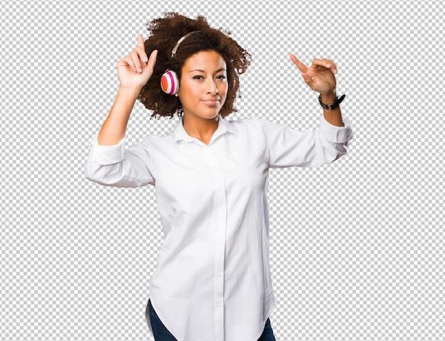 Jonge zwarte vrouw met behulp van een koptelefoon