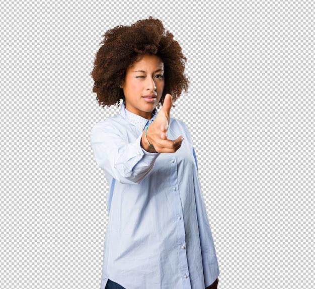 Jonge zwarte vrouw scherm aan te raken