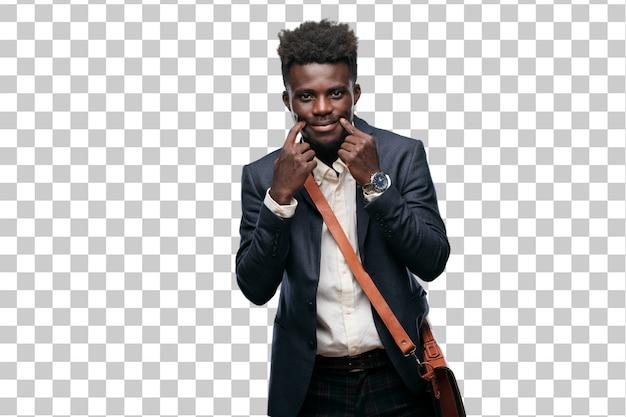 Jonge zwarte zakenman die een glimlach op gezicht dwingt