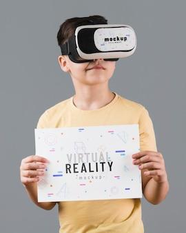 Jongen die virtuele werkelijkheidshoofdtelefoon draagt