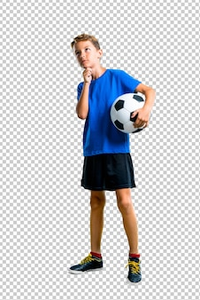 Jongen te voetballen en te denken