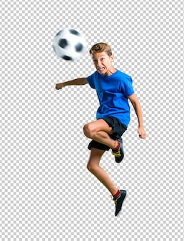 Jongens speelvoetbal die de bal met het hoofd raken