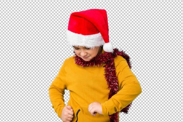 Jongetje vieren kerstdag dragen een kerstmuts geïsoleerd dansen en plezier.