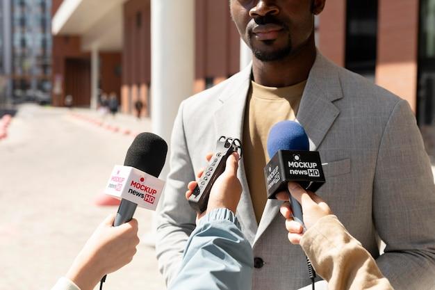 Journalist met een microfoonmodel