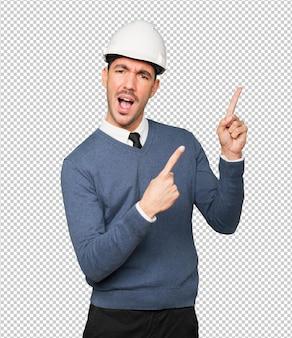 Joven arquitecto apuntando con su dedo