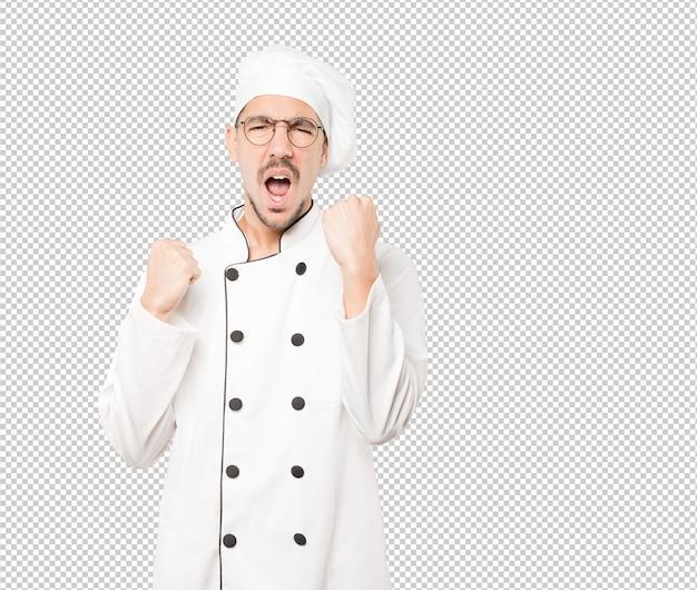 Joven chef molesto haciendo un gesto competitivo