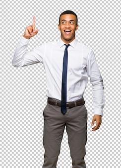 Joven empresario afroamericano con la intención de realizar la solución mientras levanta un dedo.
