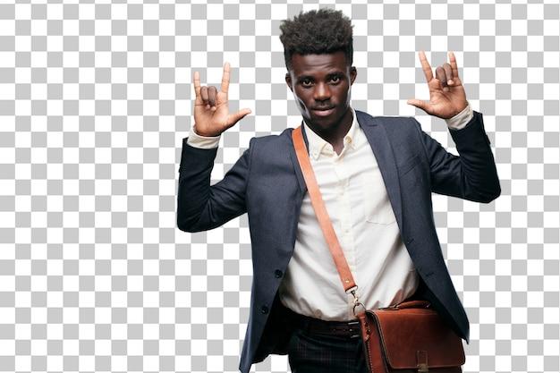 Joven empresario negro cantando rock, bailando, gritando, gesticulando de una manera rebelde y enojada.