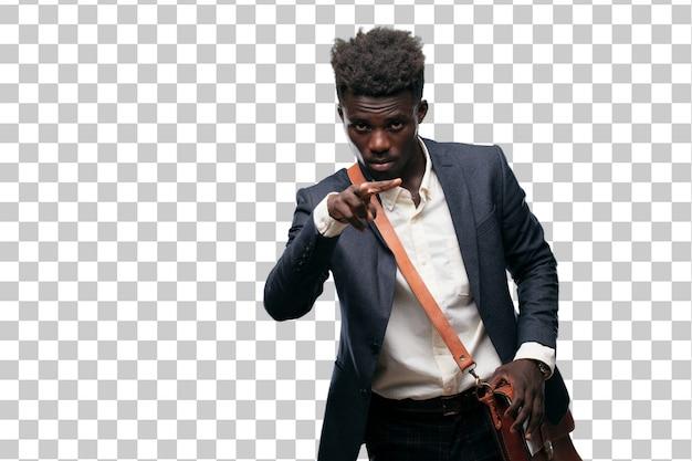 Joven empresario negro mirando, observando