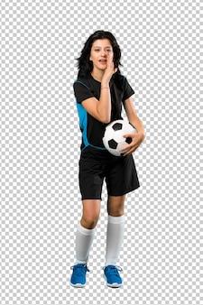 Joven futbolista mujer susurrando algo