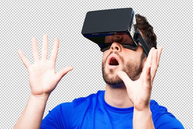 Joven con gafas de realidad virtual.