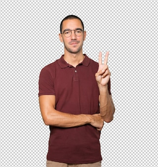 Joven haciendo un gesto de número dos