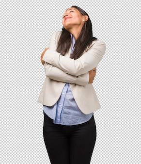 Joven mujer india de negocios orgullosa y segura, señalando con el dedo, ejemplo a seguir, satisfacción, arrogancia y salud