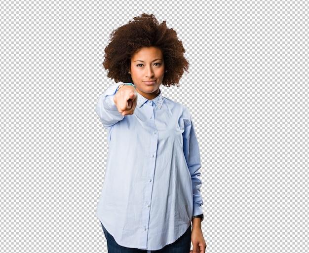 Joven mujer negra apuntando frente