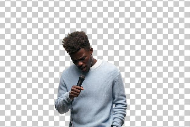 Joven negro cantando con un micrófono.