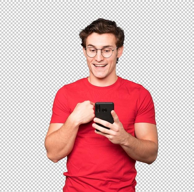 Joven sorprendido usando su teléfono móvil