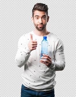 Joven sosteniendo una botella de agua