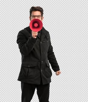 Joven sosteniendo un megáfono