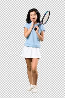 Joven tenista mujer con sorpresa y expresión facial conmocionada
