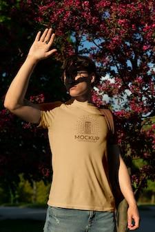 Joven vistiendo una camiseta de maqueta fuera