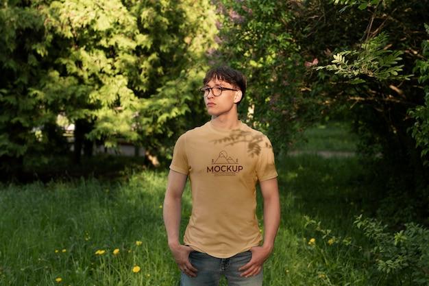 Joven vistiendo una camiseta de maqueta