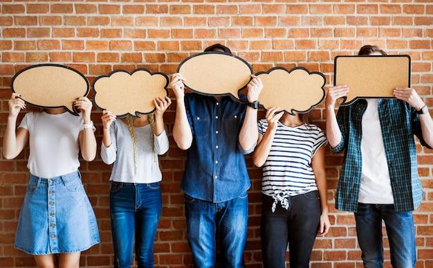 Jóvenes adultos sosteniendo burbujas de pensamiento cartel copyspace