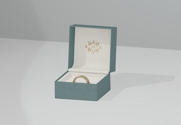 Joyero verde con anillo de bodas dorado