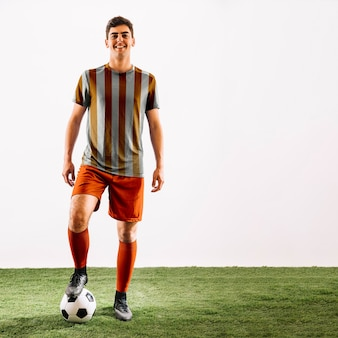 Jugador de fútbol posando