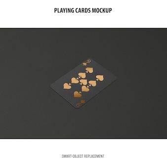 Jugando a las cartas con maqueta de lámina dorada