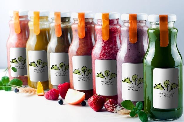 Jugos de frutas y verduras frescos y saludables en botella de vidrio imitan para arriba
