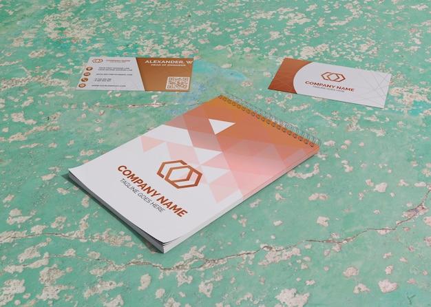 Kaart en notepad merkbedrijf zakelijk mock-up papier