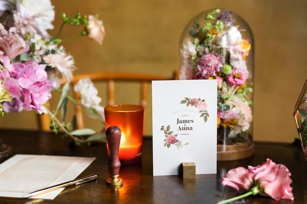 Kaartmodel per boeket bloemen op een houten tafel