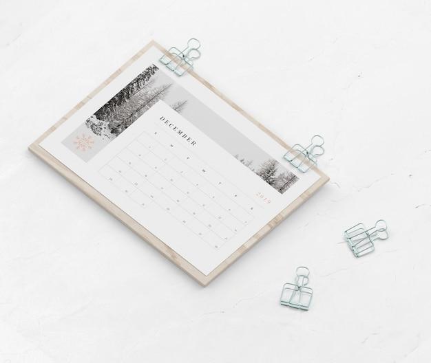 Kalender gevangen op een houten bord met clippers