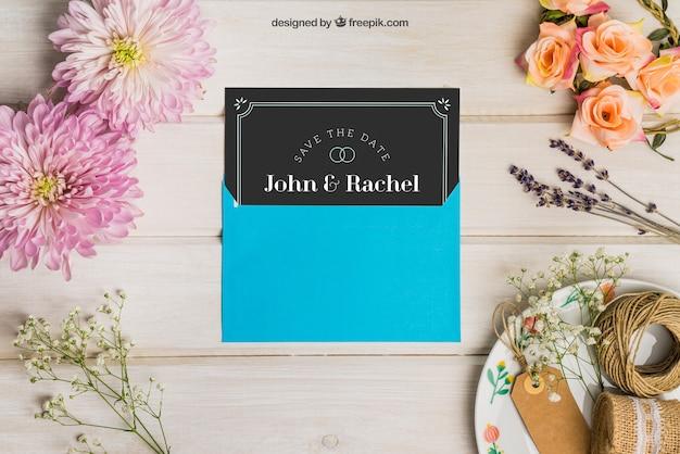 Kantoorartikelen bruiloft mockup met blauwe envelop