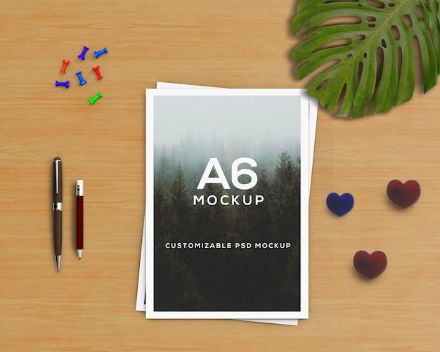 Kantoorbehoeftenconcept met a6 brochuremodel