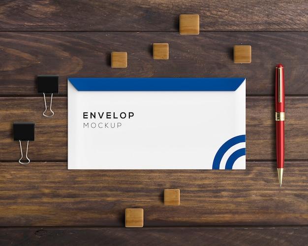 Kantoorbehoeftenconcept met envelopmodel