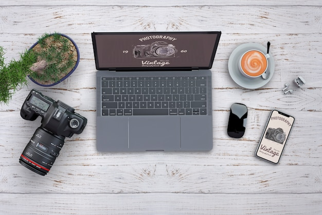 Kantoorbehoeftenmodel met fotografieconcept en computer