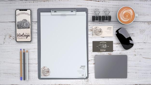 Kantoorbehoeftenmodel met fotografieconcept en klembord