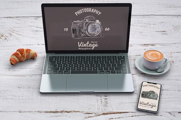 Kantoorbehoeftenmodel met fotografieconcept en laptop