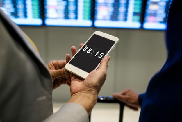 Kaukasisch paar dat vluchttijdprogramma controleert Premium Psd