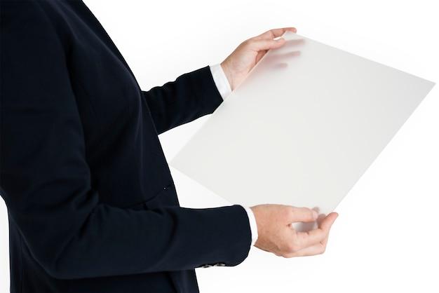 Kaukasische zakelijke vrouw holding document