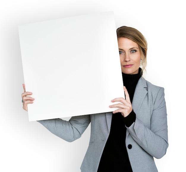 Kaukasische zakenvrouw bedrijf papier