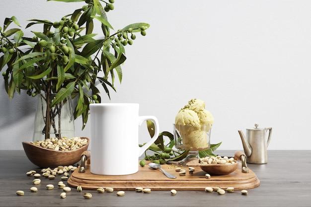 Keramische bug en noten kom op houten dienblad en plant