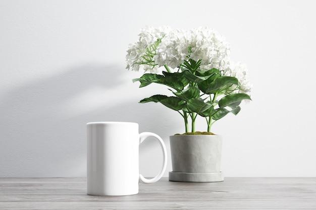 Keramische mok en bloem in bloempot