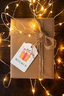Kerst mock-up bovenaanzicht geschenk en verlichting