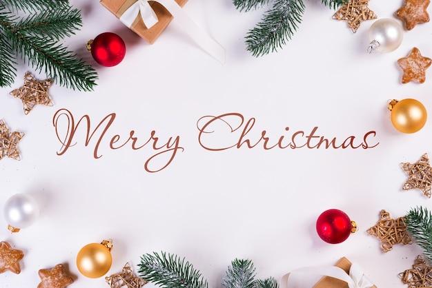 Kerst mockup met dennentakken en ornamenten