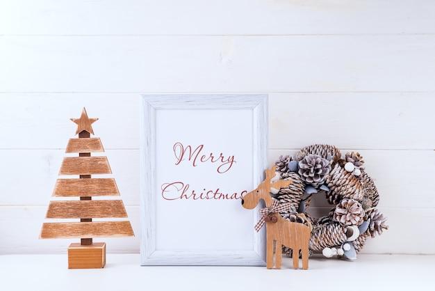 Kerst mockup met wit frame en ornamenten