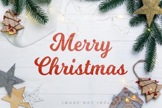 Kerst mockup samenstelling met speelgoed, gebreide deken en dennentakken