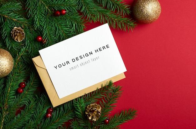Kerst wenskaart mockup met fir tree takken met decoraties op rood