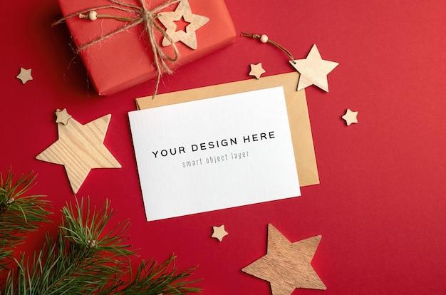 Kerst wenskaart mockup met geschenkdozen en houten decoraties op rood